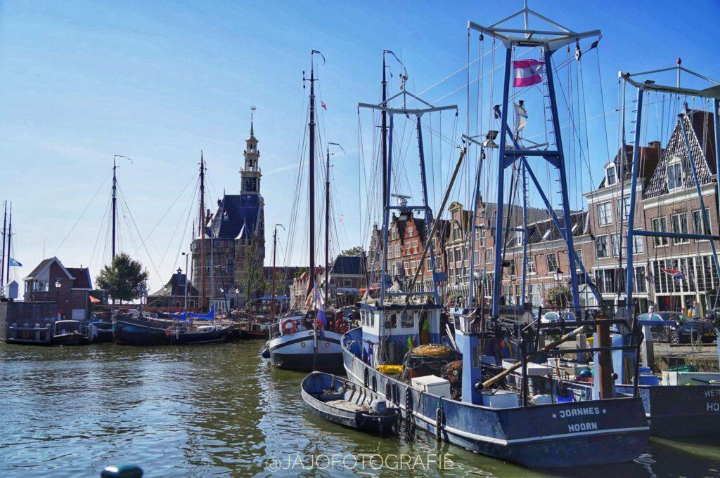 In de haven van Hoorn, deels speelt het boek Skoftig hier af. Kermis Hoorn, Bootjes in de haven, onder een blauwe lucht.