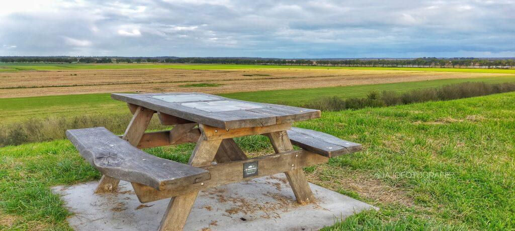 Op de Weperbult staat een Picknickbankje. Hier kan je lekker even genieten van het uitzicht,