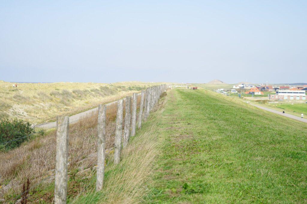 Officiële wandelpad in de route, over de dijk kan je een heel eind wandelen, als het ware loop je over het dorp.