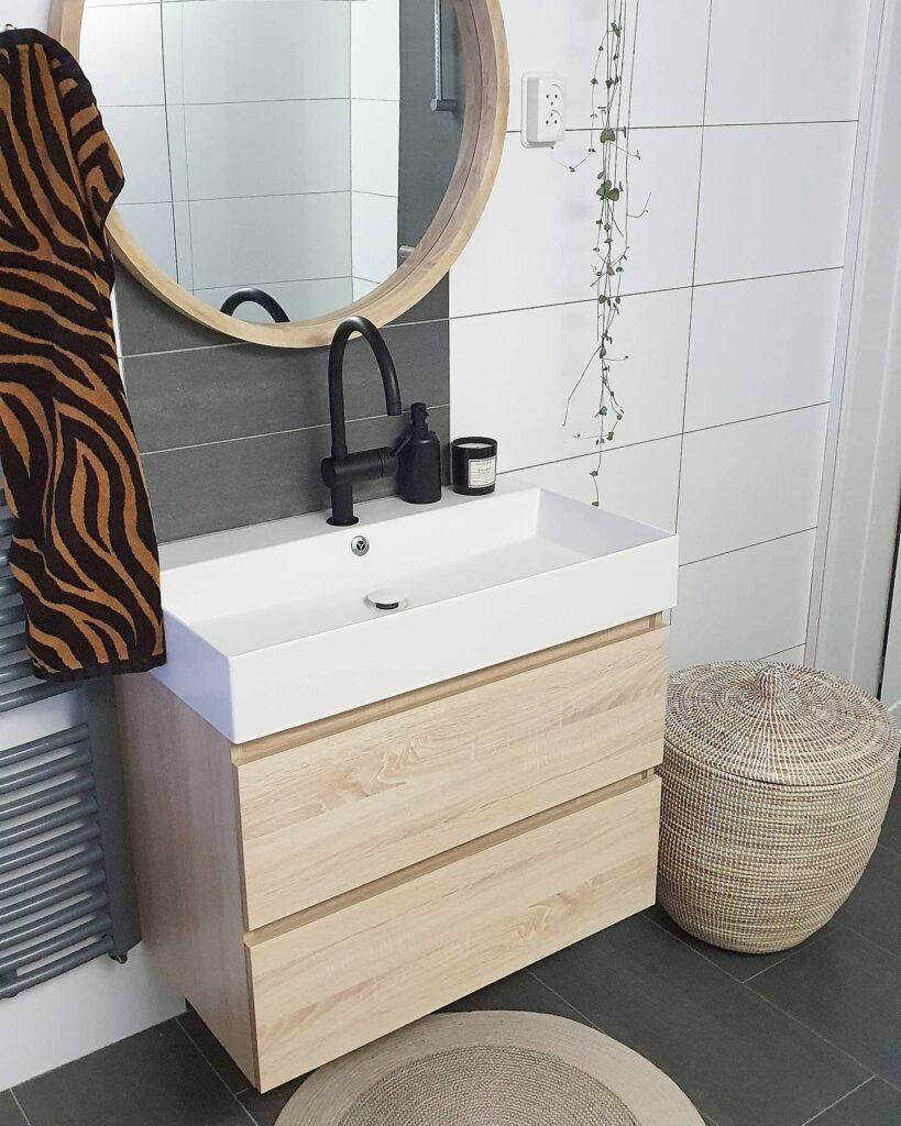 De badkamer van Anouska in ook aangepakt en opgeknapt, het is mooi wonen in haar huis. Heel sfeervol & Licht meubilair